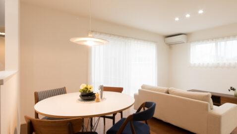 【当社施工事例】 豊かな木目調フロアが際立つ美しいリビング。対面キッチンなので、家事をしていても家族とコミュニケーションがとりやすいですね。キッチンの右側には大きな収納スペースも設けています♪