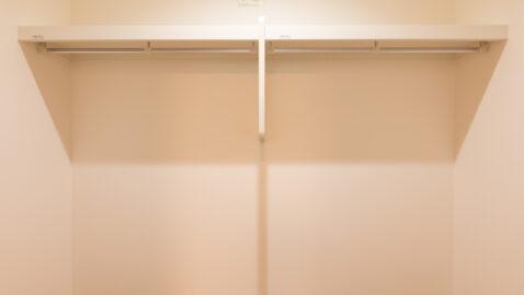 【当社施工事例】ウォークインクローゼット(2.2帖) 家族の衣類や季節家電などまとめて収納できお部屋がスッキリ片付きます。使用頻度が低いものや羽毛布団の収納にも重宝します。