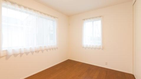 【当社施工事例】居室(7帖)  白で統一されたクロスと建具に木目のフロアが際立つ清々しい空間。窓位置に配慮し大きな寝具もすっきり納まります。ウォークインクローゼット付きなのでお部屋はいつでもスッキリ♪