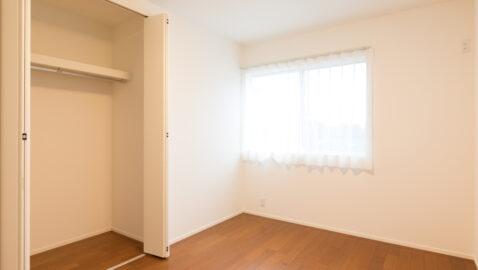 【当社施工事例】居室(6.5帖) 2面窓で風通しが良く、陽射しもたっぷり入ります♪収納付きなので、家具は最低限でOK!お子様部屋としてもピッタリのお部屋です。