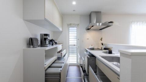 【当社施工事例】キッチン 広々パントリーと家電収納付き背面収納があり、用途別にしっかり収納できます。 ホーローキッチンパネルでお手入れラクラク、マグネットが使えて便利です。