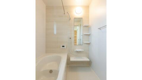 【当社施工事例】 温もりある明るい木目壁が美しい壁パネル。優しい色合いなので、とても癒されます。広々浴槽で、足を伸ばして一日の疲れを癒せます♪
