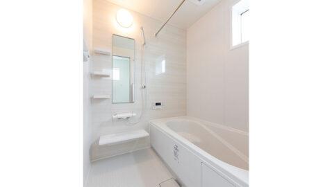 【当社施工事例】 淡い色合いが優しい浴室。 足を伸ばしてゆったり入れる浴槽は、保温性が高く追い炊き回数を減らせ、電気代を節約できます。浴室衣類乾燥暖房機付き!窓があり換気も十分にできます。
