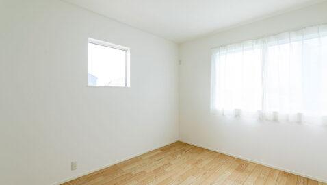 【当社施工事例】主寝室(7.9帖) 南面に窓があり、射し込む陽光で爽やかに目覚められます。大きな寝具も入るゆとりある広さです。