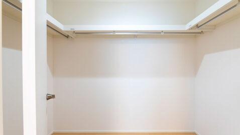 【当社施工事例】ウォークインクローゼット(2.6帖) 主寝室にはウォークインクローゼット付。オフシーズンの衣類や、季節の家電などかさばる荷物もサッと収納できます!