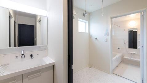 【当社施工事例】 脱衣室とのゾーニングもしやすい3帖の洗面室!ゆとりの広さがあり、浴室暖房乾燥機と合わせて室内干しスペースとしても活用できます。