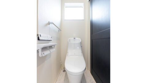 【当社施工事例】 各階にトイレがあり、朝のラッシュや夜間にも安心♪100年クリーンのフチレス形状の便器はお手入れしやすく、お掃除回数が減らせます。エコロジーな超節水タイプ♪