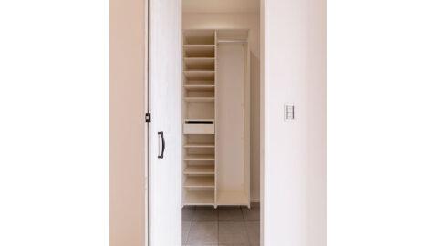 【当社施工事例】 玄関土間収納 靴だけでなく雨具もサッとしまえる便利な土間収納。宅配の荷物をここで開けてダンボールの一時置きにすれば室内に持ち込まずにすみますね。