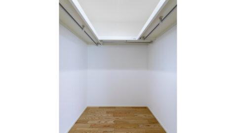 【当社施工事例】 主寝室には2.6帖分のウォークインクロゼットがあり、家族みんなの衣類や寝具もまとめて収納できます♪お部屋も広く使えます!