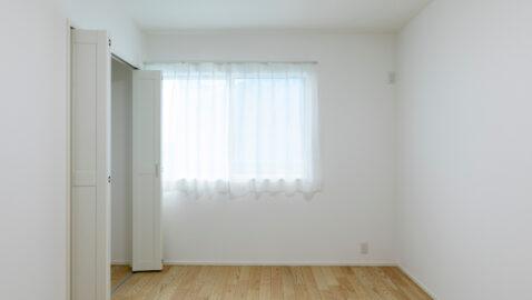 【当社施工事例】 4.5帖の洋室は収納付きでお部屋を広く使えてお子様部屋にもピッタリ!二面窓で採光と通風に配慮されています。壁紙と合ったホワイトの建具がやさしい印象です♪