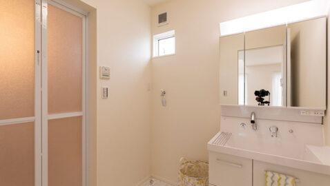 洗面所には収納付き!タオルや洗剤などのストックもしまえます。階段下のスペースに洗濯機を格納でき、パジャマなどの収納棚も置けます。洗面台は広々ボウルでお洗濯の下洗いや2人並んで身支度もラクにできます♪