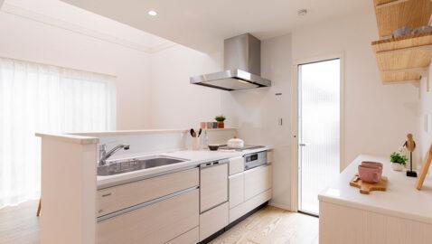 【当社施工事例】 お手入れしやすく高耐久のタカラスタンダード製キッチン。IH、食器洗浄乾燥機付き。室内干しできる洗面室、浴室が隣接し、家事が一ケ所で効率よく行えます。お子様の入浴も見守れる距離感です。