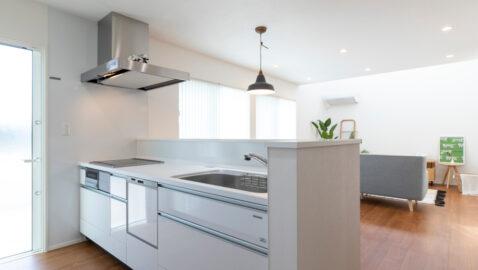 【当社施工事例】 開放的ながらも適度に手元が隠れる対面キッチン。手の届きやすい収納、大容量の食器洗い乾燥機、お手入れしやすいホーローのキッチンパネルなど毎日の家事が楽になるキッチンです!
