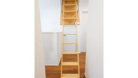 2階ホールには小屋根収納につづく収納はしごがあります。