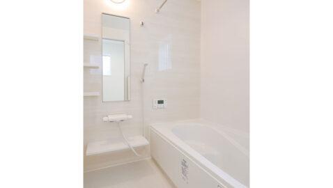 淡い色合いが優しいバスルーム。 足を伸ばしてゆったり入れる浴槽は、ステップ付きで安心。お子様との入浴や半身浴も楽しめます。浴室衣類乾燥暖房機付きで、ヒートショックも防げます。窓からの換気もできます。
