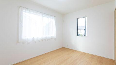 主寝室(8.3帖) 大きな寝具も入るゆとりある広さ。ウォークインクローゼット付きなので、お部屋を一層広く使えます。明るい色合いの床材はどんなインテリアにも合わせやすく、寝具選びも楽しめそうです。