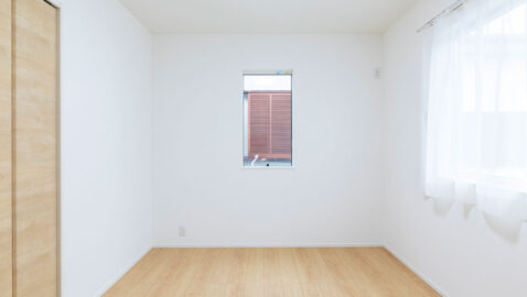 洋室(4.5帖) 収納付きでベッドと学習机が無駄なく収まるのでお子様部屋にもぴったりです。全居室、2方向に窓を設けて、陽当たりと風通しに配慮しています。
