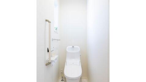 100年クリーン、フチレス形状でお掃除回数をグッと減らせます。家計にうれしい超節水型。タンク一体型の手洗い器は広々形状で男性も使いやすい。手すりや二連紙巻き器など細かな部分の使いやすさにも配慮しています