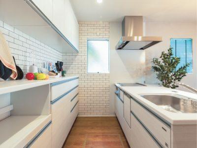清潔感ある白を基調としたキッチン空間
