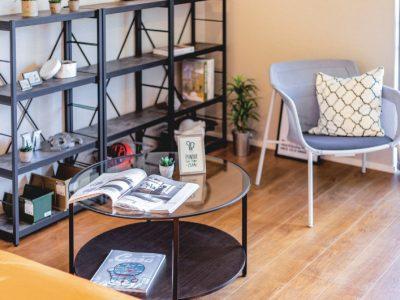 黒や杢グレーの家具がマッチするインテリア(床材)